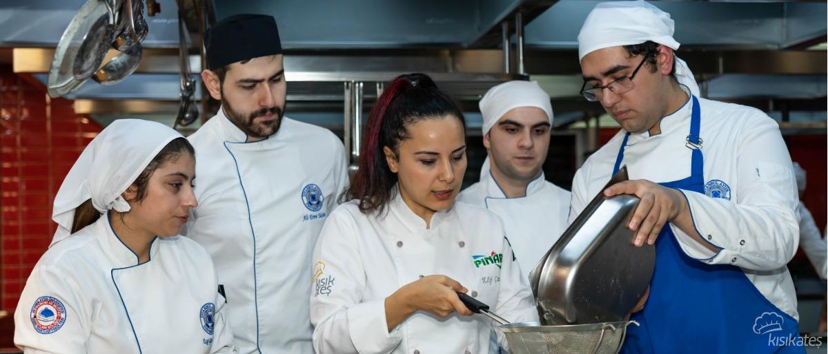 Pınar, Pastacılık ve Çikolata Eğitimi İle Aydın Üniversitesinde!